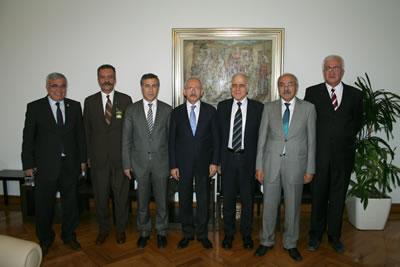 <p>Mimarlar Odası 43. Dönem Merkez Yönetim Kurulu, 5  Haziran 2012 de CHP Genel Başkanı Kemal Kılıçdaroğlu ile görüşerek, özellikle  son dönemde meslek Odalarına yönelik iktidar politikalarına karşı mücadelenin devam  edeceği yönündeki görüşlerini aktardı. Meslekî konularda bilgi alışverişinde  bulunuldu.</p>
