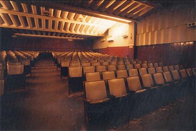 <p><strong>12.</strong></a> Yapıya yeni salonlar eklenmeden önceki  salonun özgün hali, 1996 öncesi<br /> Kaynak:  Viron Anas</p>