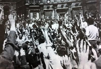 <p><strong>12.</strong> 6 Mayıs grev ve gösterilerini izleyen günlerde Güzel  Sanatlar Okulu öğrencileri okul bahçesinde açık oyla grev ve işgal kararını  onaylıyorlar<br />   Kaynak:  Archives Nationales, Jean-Louis Violeau, 2005</p>