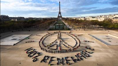 <p><strong>1.</strong> % 100 yenilenebilir enerji  kullanımının gerekliliğine dikkat çeken COP21 sırasında düzenlenmiş Greenpeace  eylemi<br />Fotoğraf: Yann Arthus-Bertrand / Spectr