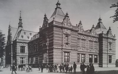 <p><strong>1. </strong>1890  tarihli, Weissman imzalı orijinal bina<br />   Fotoğraf: Jacob Olie,1894,  Amsterdam City Archives, Kaynak: Ibelings, 2013</p>