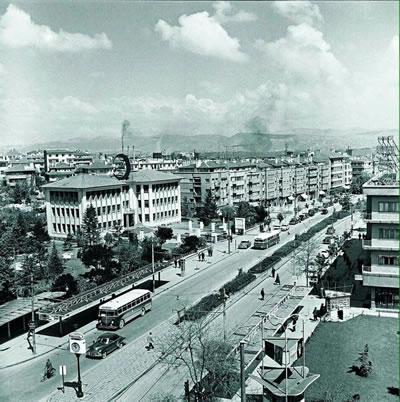 <p><strong>1.</strong> Toplu taşıma ve yaya öncelikli  tasarım anlayışı, Kızılay Meydanından Sıhhiye yönüne bakış, 1940 lar</p>