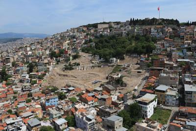 <p><strong>1.</strong> Kazılar için yapılan  kamulaştırma ve yıkımlardan sonra İzmir Kadifekalenin Smyrna Antik  Tiyatrosunun yerleştiği kuzeye bakan yamacı.<br />   Kaynak:  İzmir Büyükşehir Belediyesi Arşivi © 2015</p>