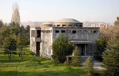<p><strong>1.</strong> Atatürk Orman Çiftliği Bira Fabrikası  Hamamı<br />   Kaynak: www.goethe.de/ins/tr/ank/prj/urs/geb/mgc/ham/trindex.htm</p>