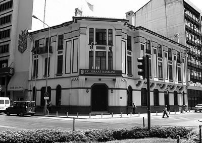 <p><strong>1. </strong>Ziraat Bankası İzmir Şubesi<br />   Kaynak: http://wowturkey.com/t.php?p=/tr158/Ayhan_35_00051.jpg  [Erişim: 01.06.2017]</p>