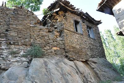 <p><strong>12.</strong> Yapı Duvarlarının Kayalık Zemin Üzerine Oturtulmasına  Bir Örnek, 2012.<br />   Fotoğraf:  Koray Güler</p>