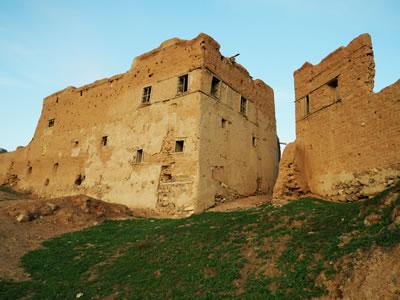 <p><strong>1.</strong> Tepede yerleşimi bir kale gibi  sınırlayan görkemli kerpiç evler<br />