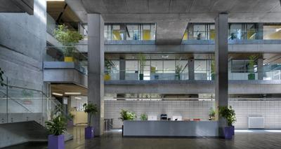 <p><strong>12.</strong> Belediye binası giriş holü -iç avlu- ve sirkülasyon elemanları  ile sağlanan geçirgen, akıcı mekân kurgusu</p>
