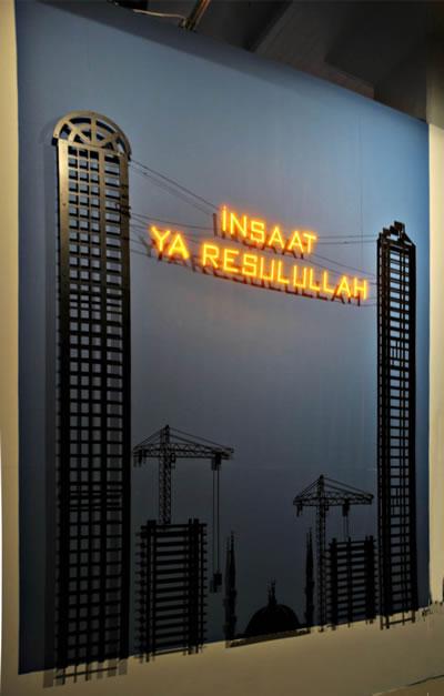 """<p><strong>1. </strong>2000 li yıllardan bu yana sürdürülen  inşaat ekonomisi… """"Kusurluluk"""" teması altında gerçekleşen 1. İstanbul Tasarım  Bienalinde de yer alan Aydan Çelikin <em>Birikim</em> dergisi kapağı için tasarladığı illüstrasyon: """"İnşaat Ya Resulullah!""""</p>"""