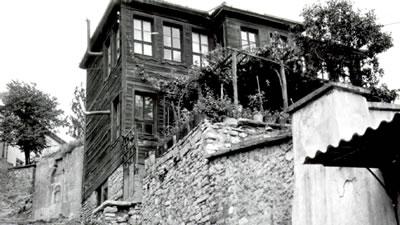 <p><strong>1.</strong> Şifa Yokuşunda Nezih Eldemin doğduğu ev<br />   Kaynak: EYSAM arşivi</p>