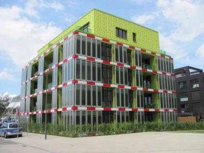 <p><strong>1.</strong> Yaygın olarak  kullanılan FBR sistemleri - Panel tipe örnek BIQ binası<br />   Kaynak:  commons.wikimedia.org/wiki/File:IBA_Hamburg_BIQ_(2).nnw.jpg [Erişim:  12.08.2017]</p>