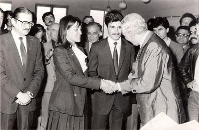 <p><strong>1.</strong> TAÇ Vakfı Ödül  Töreni, 1983 (Soldan sağa: Aptullah Kuran, Sema İhtiyaroğlu (Soygeniş), Nezih  Eldem, Murat Soygeniş, Sedad H. Eldem<br />   Kaynak:  S+ ARCHITECTURE Arşivi</p>