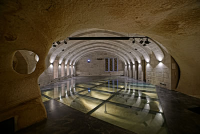 <p><strong>12.</strong> Cam döşeme altından bezirhane  kalıntılarının teşhir edildiği Müze-Salonun iç mekânı<br />   Fotoğraf: Yerçekim</p>