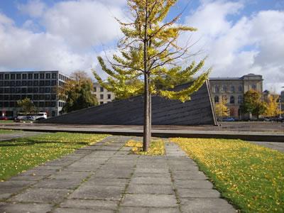 <p><strong>12.</strong> Berlin Duvarını sembolize eden bir anıt, Invalidenpark.</p>