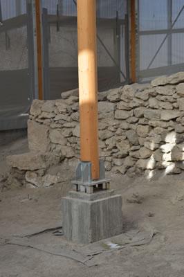<p><strong>12.</strong> Orta  akslarda yer alan daire kesitli ahşap dikmelerden detay<br />   Fotoğraf: Berk Kesim</p>
