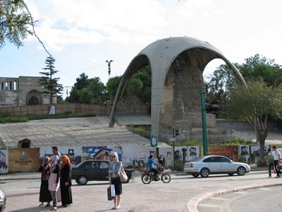 <p><strong>1.</strong> Kılıçarslan Köşkü üzerindeki koruma  çatısı ve arkada Alaeddin Camisi, 2012<br />   Fotoğraf: Zeynep Eres </p>