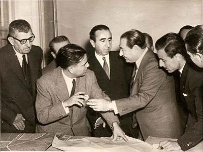 <p><strong>12.</strong> Başbakan Adnan Menderes Rıza Aşkan ve ekibiyle<br /> Kaynak: Kişisel  arşiv</p>