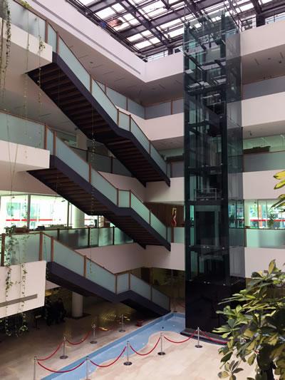<p><strong>12. </strong>Atrium, protokol  merdiven ve asansörü<br />   Kaynak: Burak Altınışık<strong></strong></p>