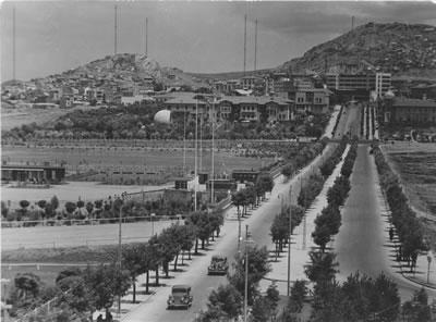 <p><strong>1.</strong> Ankara İstasyon Caddesi<strong></strong><br />   Kaynak: eskiturkiye.net/3111/ankara-cumhuriyet-bulvari-1930lar</p>