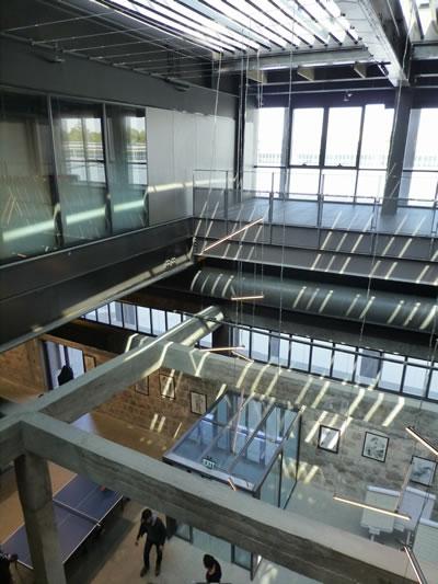 <p><strong>12a. </strong>Fabrika yapısının yeni yapı içinden görünen izleri<br />  Fotoğraf: Funda Uz<br />
