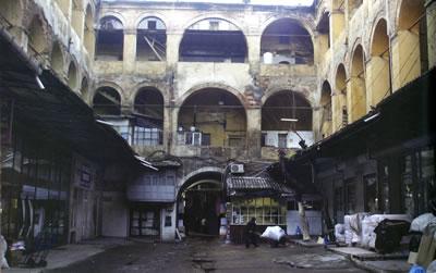 <p><strong>12a.</strong> Yapının sahipleri manifaturacıların  da eskiden bulundukları, Nuruosmaniye çevresindeki hanlardan bir görünüm  Kaynak: İmeceden İMÇ ye, 2009.
