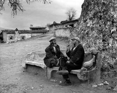 <p><strong>12a. </strong>Ara Gülerin 1958 yılında  Afrodisias kentinin olduğu yere kurulmuş olan Geyre Köyünde çektiği  fotoğraflar.</p>
