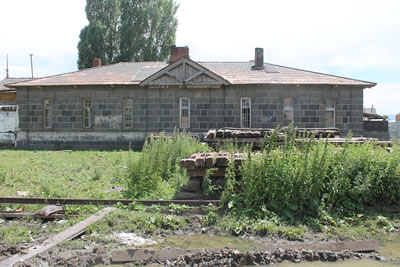 <p><strong>12a.</strong> Eski  Süt Tozu Fabrikası yanında yer alan lojman</p>