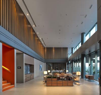 <p><strong>12a.</strong> Otel lobisinden kareler<br />   Fotoğraf: Cemal Emden</p>