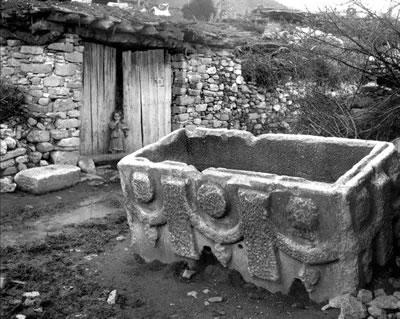 <p><strong>12b. </strong>Ara Gülerin 1958 yılında  Afrodisias kentinin olduğu yere kurulmuş olan Geyre Köyünde çektiği  fotoğraflar.</p>