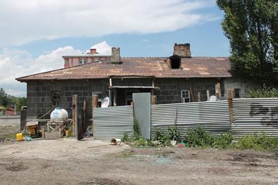 <p><strong>12b.</strong> Eski  Süt Tozu Fabrikası yanında yer alan lojman</p>