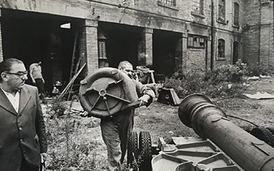 <p><strong>1.</strong> Parçaları toplamak:  Bernhard Lüginbühl Giudeccadaki eski tersaneden bulduğu parçaları taşırken<br />   Kaynak: ASAC,  1975: A.V.104.1975.3; 2</p>