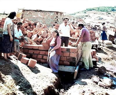 <p><strong>1.</strong> Gecekondu inşa aşamalarından bir görünüm, 1989</p>