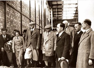 <p><strong>1. </strong>Atatürkün Cer Atelyesi inşaatını ziyareti, 13 Kasım  1937<strong> </strong><br />   Kaynak: TÜDEMSAŞ arşivi<strong> </strong></p>