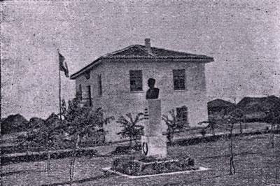 <p><strong>13.</strong> Kırklareli Hasboğa Köy Konağı ve önünde Atatürk anıtı, 1930'ların sonu<br />