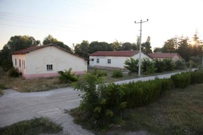 <p><strong>13.</strong> Eski fotoğraflarda Çifteler Köy Enstitüsü'nde Emin  Onat ve Leman Tomsu'nun tasarladığı yapılar<br />Kaynak:  Mimarlık Müzesi </p>