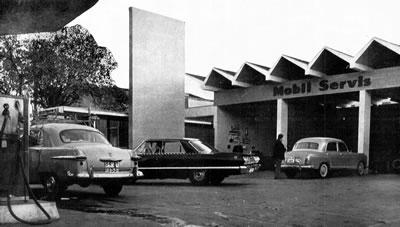 <p><strong>13.</strong> Beşiktaş  Mobil Servis İstasyonu ve Restoranı (Motorest), İstanbul. Aralarındaki ayırıcı  duvarıyla Servis İstasyonu ve giriş saçağıyla Motorest. Mobilin Pegasus  referanslı logosunu taşıyan Servis İstasyonu saçağı.<br />Kaynak: <em>Mimarlık</em>, 1967, sayı: 1967-1 (39).</p>