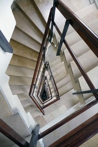 <p><strong>13. </strong>Kaplancalı  Apartmanı merdiven kovası<br />  Fotoğraf: B. S. Coşkun, 15.11.2010.</p>