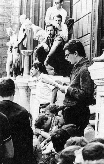 <p><strong>13.</strong> 1969 sonrasında ün kazanacak mimarlık bölümü hocası  Antoine Grumbachın öğrenci ve genç atölye şeflerinin taleplerini 1966 yılında  öğrencilere okurken<br />   Kaynak:  Archives Nationales, Jean-Louis Violeau, 2005</p>