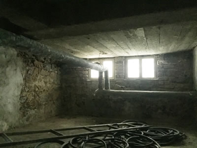 <p><strong>13. </strong>Bodrum kattan  görünüş, betonarme döşeme kalıp izleri ve döneminin teknolojisi ile metal aksam<br />  Kaynak:  Hayriye İsmailoğlu, Şubat 2018.</p>