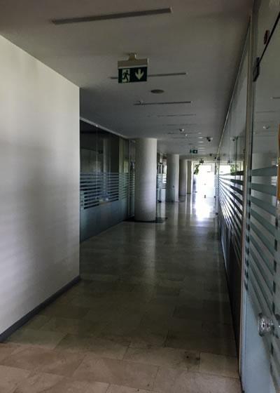 <p><strong>13a. </strong>Ofis koridoru ve  merdiveni<br />   Kaynak: Burak Altınışık<strong></strong></p>