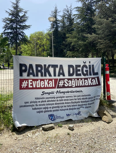 """<p><strong>13. """"</strong>Parkta değil evde kal,  sağlıklı kal"""" afişi<br />   Fotoğraf:  M. Haluk Zelef</p> <"""