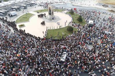 <p><strong>1. </strong>Taksim  Meydanı tarihi boyunca pek çok bir araya gelişe şahitlik etmiş durumda. <br />Kaynak: https://www.cnnturk.com/turkiye/turkiyede-ve-dunyada-vatandaslik-raporu?page=5