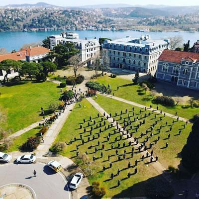 <p><strong>1.</strong> Boğaziçi  Üniversitesi akademisyenlerinin rektörlük binası önündeki sessiz eylemi sürüyor<br /> Fotoğraf: Ömer Ak</p>