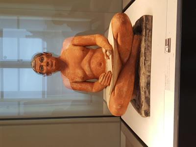 <p><strong>1.</strong> Oturan Yazıcı (The Seated Scriber). MÖ 2600 – 2350 arası, Eski Krallık Dönemi  Mısır. Louvre Müzesi<br /> Kaynak: Yazar arşivi</p>