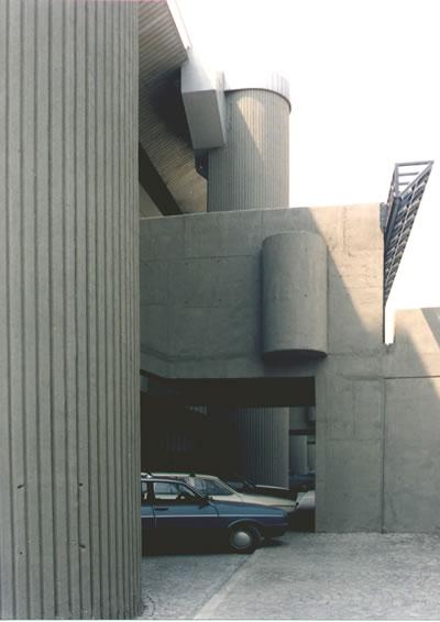 <p><strong>13b.</strong> Abdi İpekçi Spor Salonu, İstanbul, Yarışma, 1. Ödül, TPB  1990 Yılı Ödülü 1975-89</p>