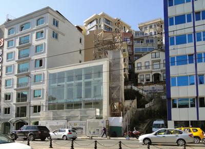 14. Süheyl Bey Camisi'nin cam kıble cephesi. (Fotoğraf: Zeynep Ahunbay)