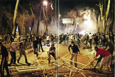 <p><strong>14. </strong>Dolmabahçe'de  barikatlar, kentin güzergâhı ile söylemini örtüştüren direnişçi halk<br />(Kaynak: Çakmak, 2013)</p>