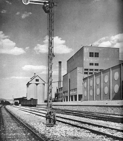 <p><strong>14. </strong>Bira Fabrikası, 1937, Ön Cephe (Anonim 1939)</p>