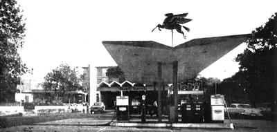 <p><strong>14.</strong> Beşiktaş  Mobil Servis İstasyonu ve Restoranı (Motorest), İstanbul. Aralarındaki ayırıcı  duvarıyla Servis İstasyonu ve giriş saçağıyla Motorest. Mobilin Pegasus  referanslı logosunu taşıyan Servis İstasyonu saçağı.<br />Kaynak: <em>Mimarlık</em>, 1967, sayı: 1967-1 (39).</p>