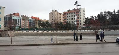 <p><strong>Resim  14. </strong>Erzurum Halkevi binasının  yıkılmasının ardından oluşan kentsel mekân<br />  Kaynak: Yazarın kişisel  arşivi</p>